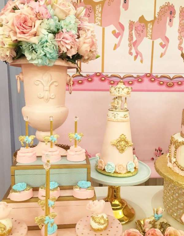Charming-Carousel-Birthday-Party-Flowers