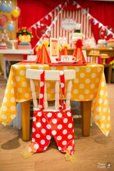 carnival-classic-red-white-circus-themed-birthday-party-ideas-crown-costume-chair