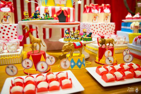 classic-red-white-circus-themed-birthday-party-ideas