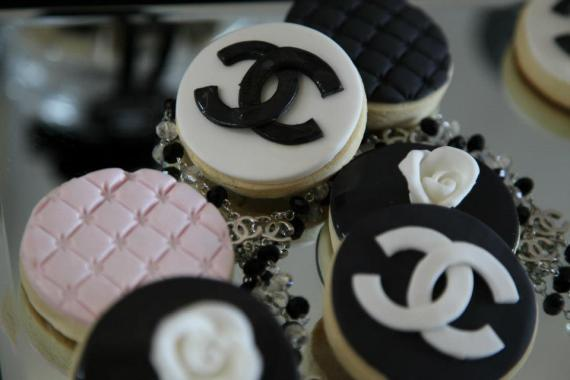 coco-chanel-inspired-birthday-party-cupcakes