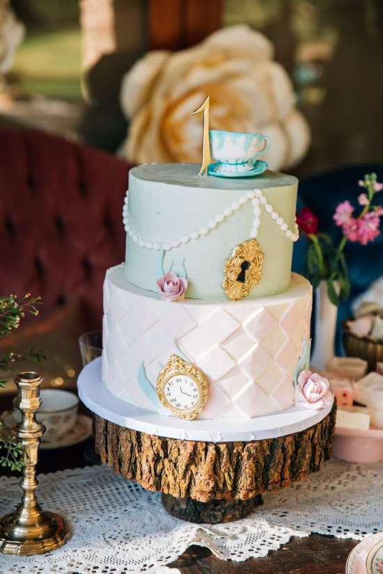 ariana-in-alice-in-wonderland-first-birthday-party-cake