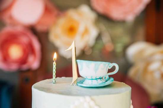 ariana-in-alice-in-wonderland-first-birthday-party-cake tea cups